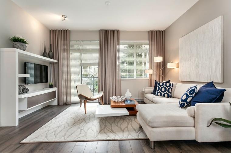 Mobili sospesi soggiorno e un'idea con tv appesa e divano beige di tessuto con tavolino basso particolare
