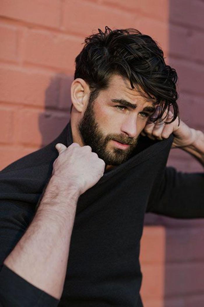 Ultimi tagli di capelli per uomini, pettinatura semplice con un effetto mosso sulle lunghezze