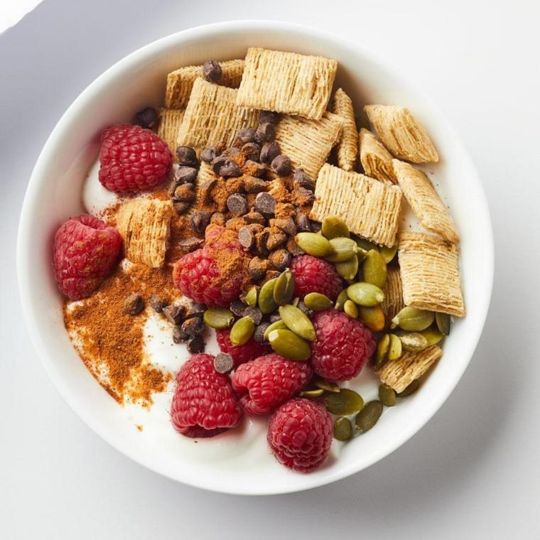 Frutta con meno zuccheri e un'idea per la colazione con cereali e yogurt magro, spolverata di cannella