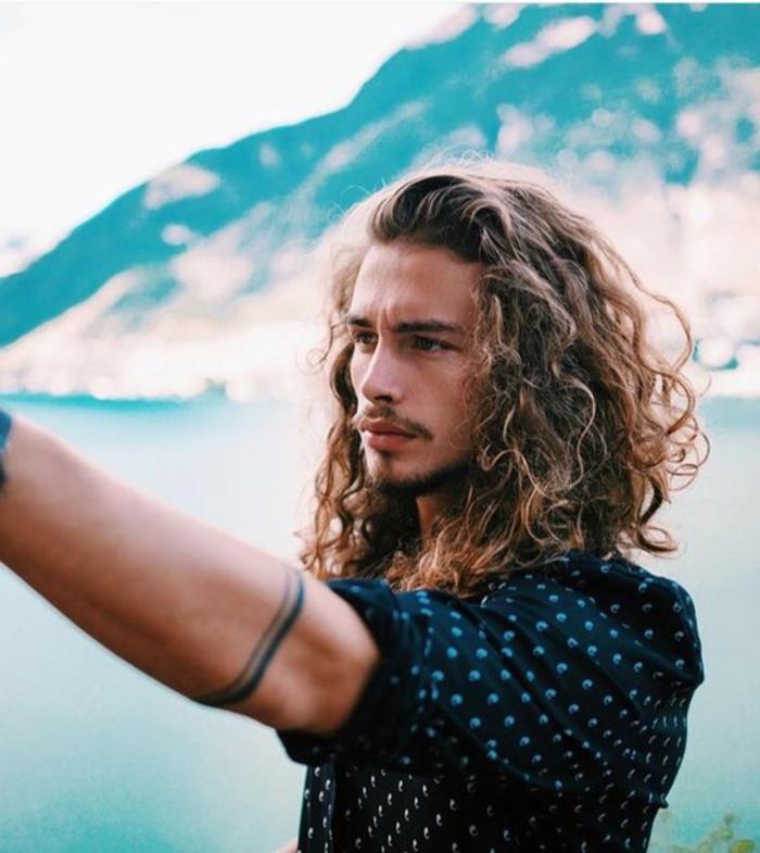 Idea per dei capelli ricci molto lunghi e di li colore castano chiaro di un ragazzo giovane