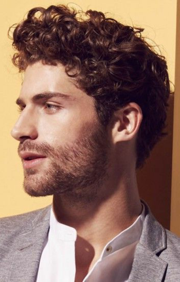 Uomo con i capelli ricci di colore castano, idea acconciatura elegante per tutti i giorni