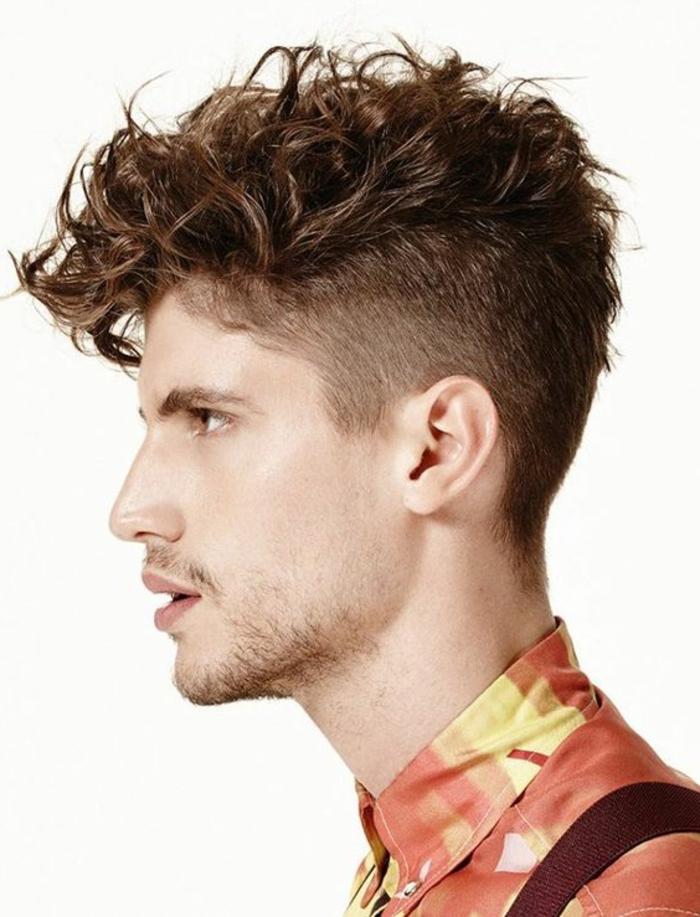 Piega capelli mossi di un giovane ragazzo rasato ai lati della testa