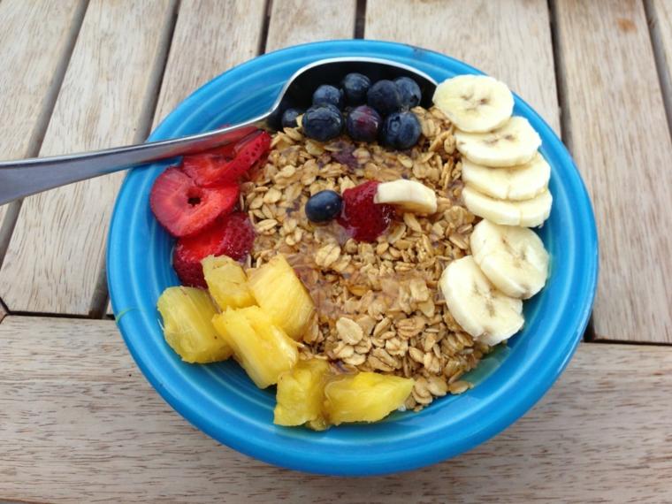 Colazione senza carboidrati e un'idea con dei cerali e frutti di bosco, banana e ananas a pezzi