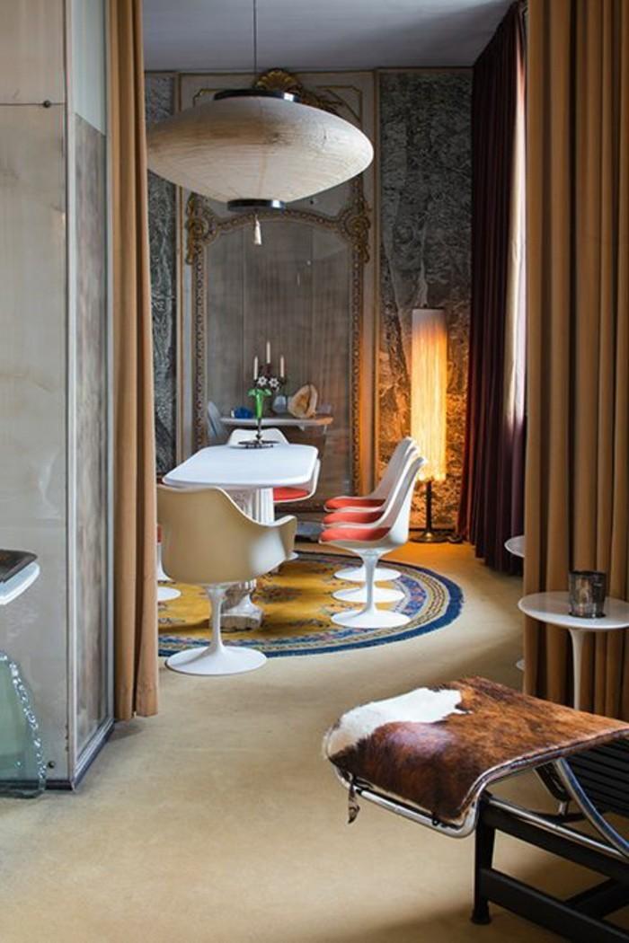 Saloni moderni e un'idea per la decorazione della sala da pranzo con tende e pesanti e lampade di design