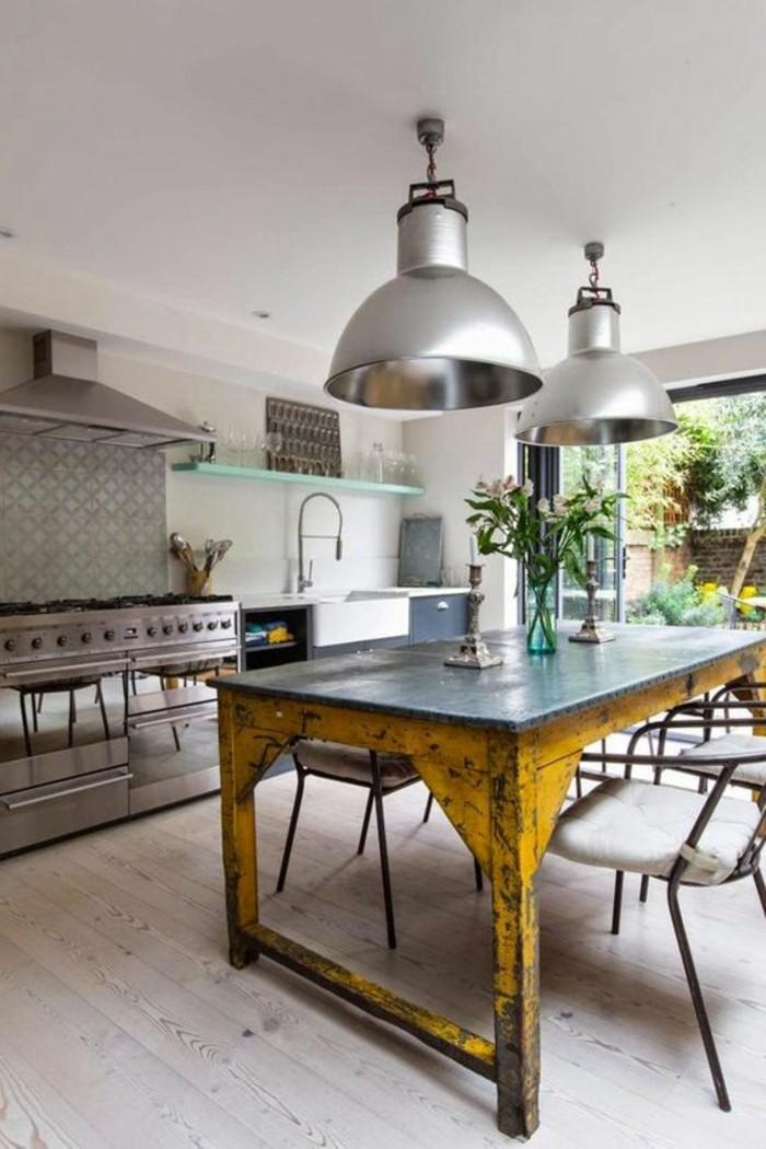 Salotti moderni e un'idea per la decorazione con lampadari di metallo e vaso di fiori