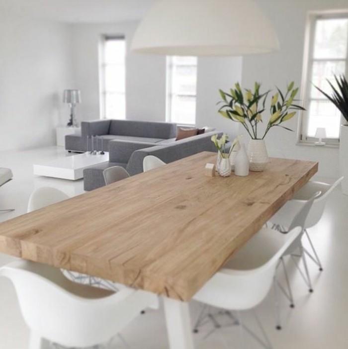 Saloni moderni e un'idea di arredamento con un tavolo di legno e sedie bianche