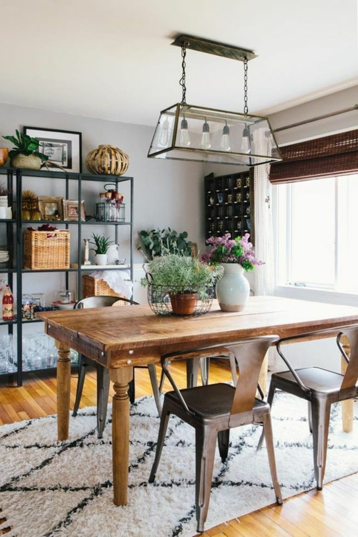 Arredamento zona giorno con un tavolo da pranzo di legno e sedie particolari