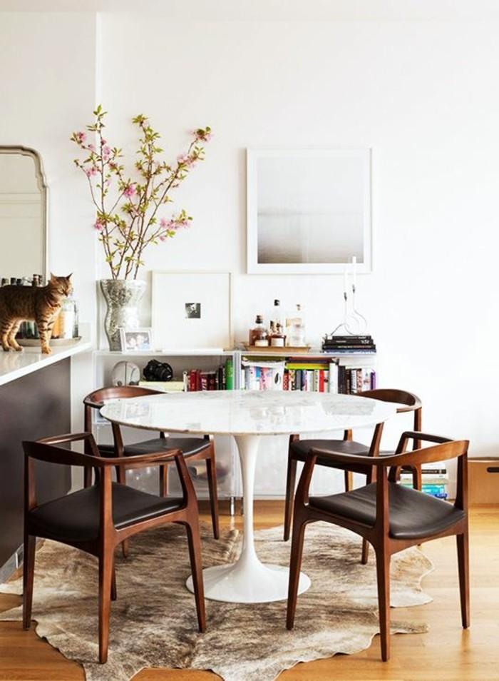 Decorare la sala da pranzo con un tappeto e fiori secchi in vaso cinese