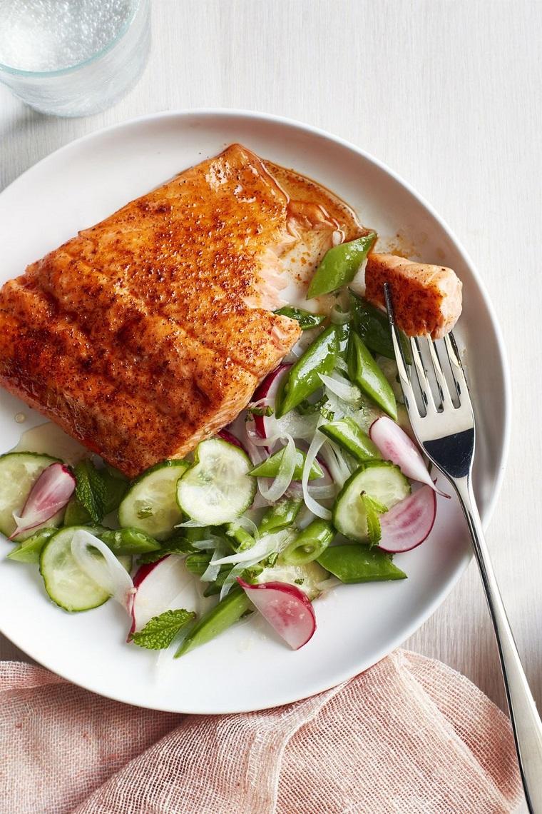 Ricette senza carboidrati e un piatto con del filetto di salmone al forno con contorno di insalata