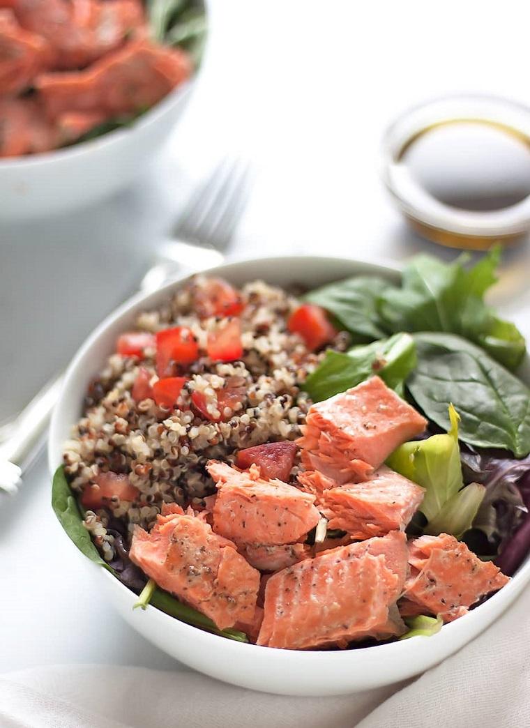Cibi senza carboidrati e una proposta di insalata fredda con dei filetti di salmone