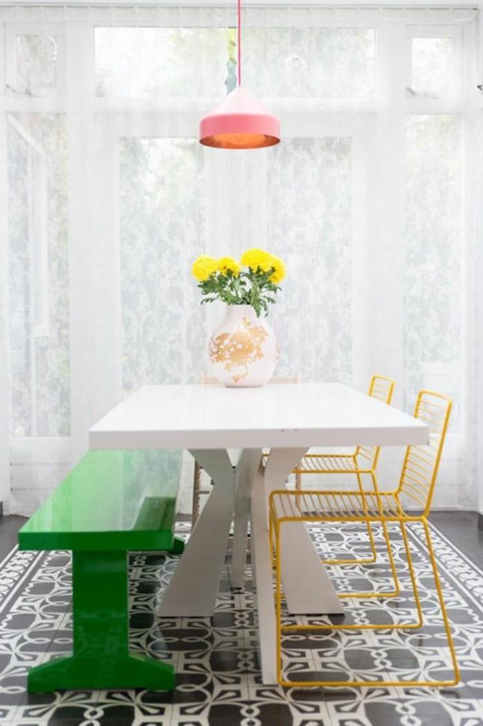 Mobili salotto moderni e una sala da pranzo arredata con un tavolo bianco e panchina verde