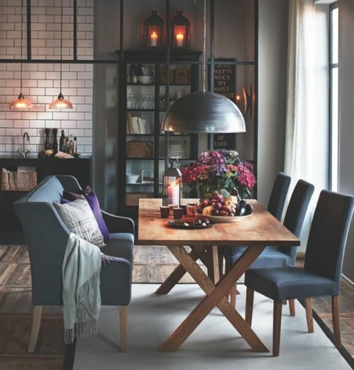 Mobili salotti moderni per la sala da pranzo, arredamento con tavolo di legno e sedie blu