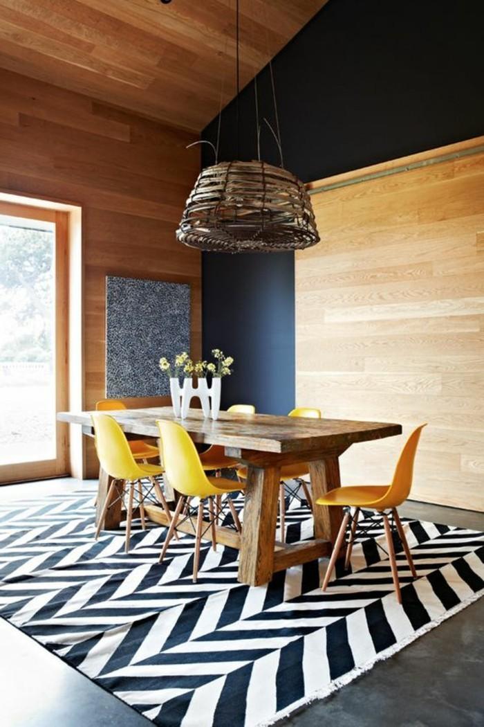 Un arredamento moderno con un tavolo di legno e sedie gialle, decorazione con un tappeto