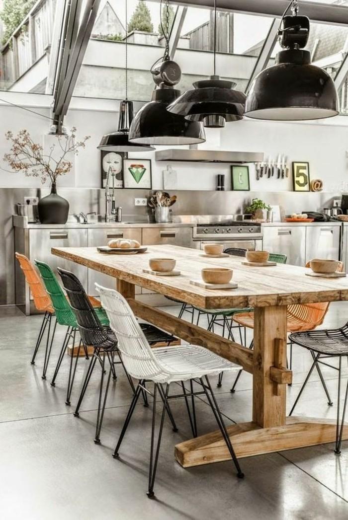 Idee pittura pareti soggiorno di colore bianco, cucina e sala da pranzo insieme con un tavolo grande di legno massiccio
