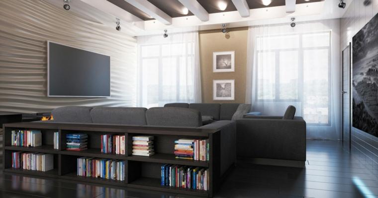 Salotto con due divani grigi e tv appesa alla parete, soffitto con travi a vista e faretti led