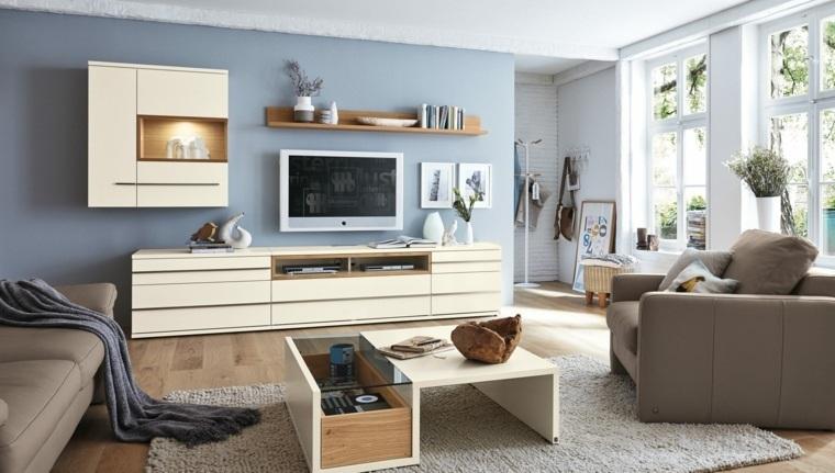 Soggiorno arredato con un mobile tv di legno colore beige, poltrona e divano abbinati