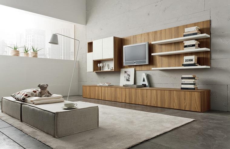 Soggiorno arredato con una parete attrezzata di legno con mensole e varie decorazioni