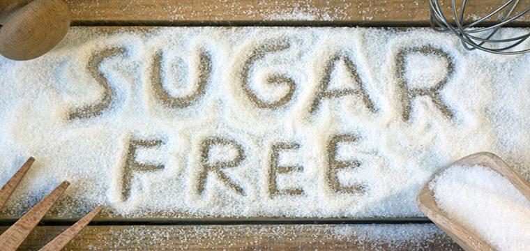 Dieta senza zuccheri e una scritta sugar free su un tavolo di legno e mestoli intorno