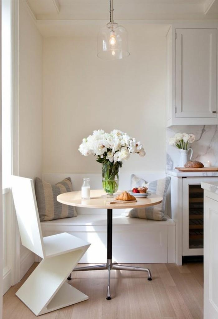 Salotti moderni e un'idea per la decorazione con un tavolo di legno rotondo e sedia bianca di design
