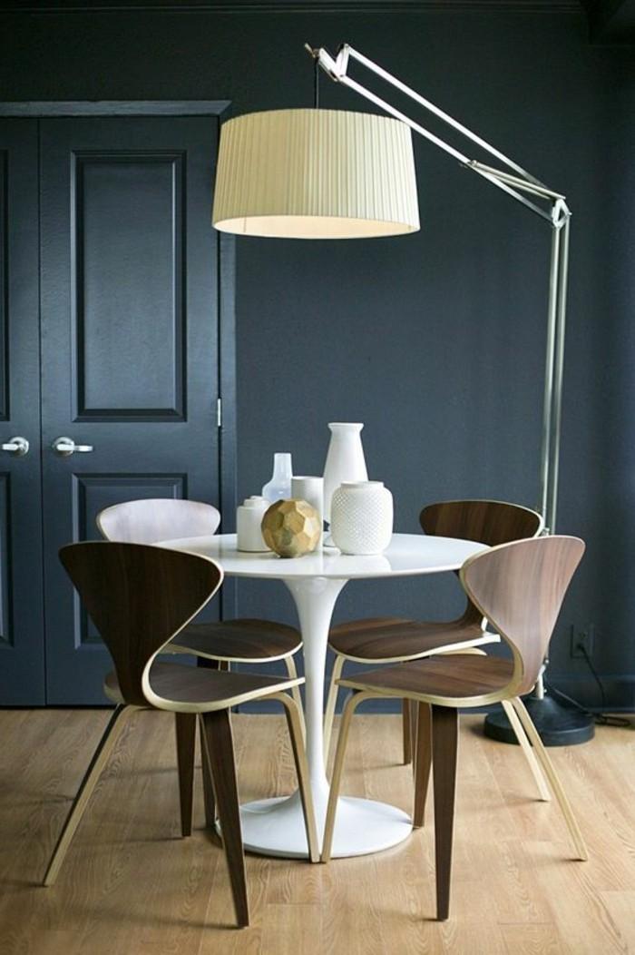Arredamento sala da pranzo con un tavolo bianco e sedie di legno