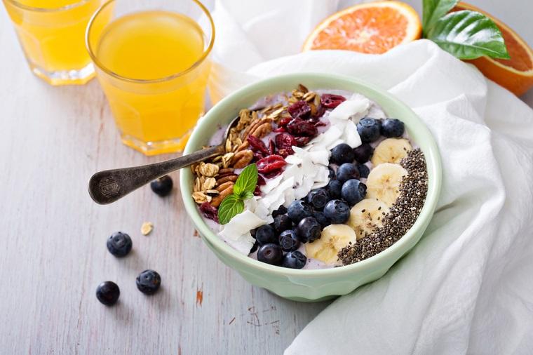 Ricette senza carboidrati e un'idea per la colazione con cereali e frutti di bosco