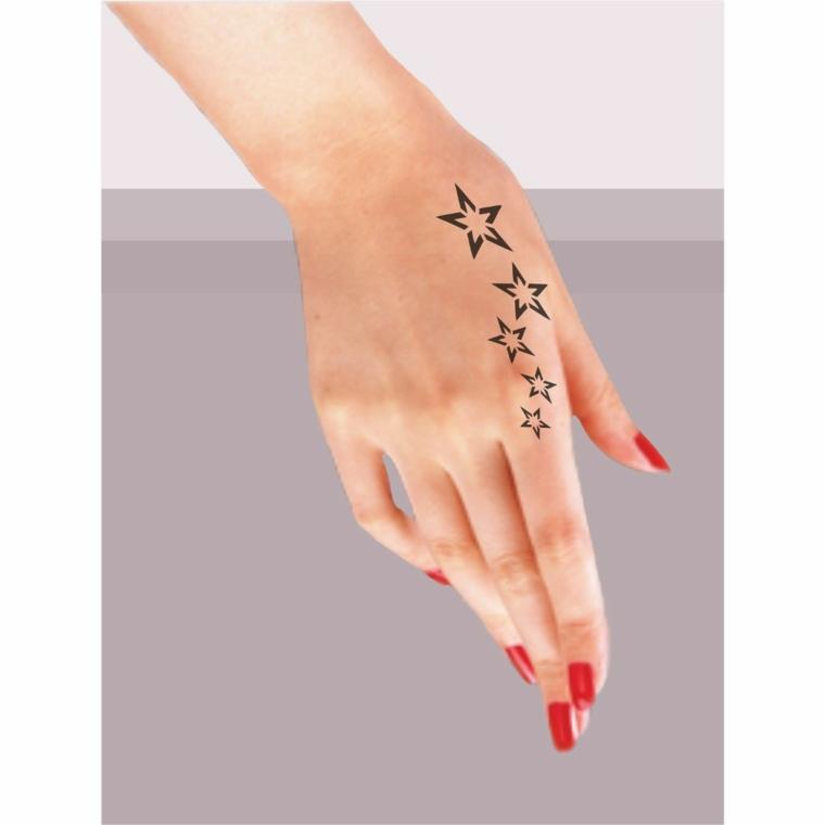 Idea per un tatuaggio sulla mano di una donna con disegni di piccole stelline