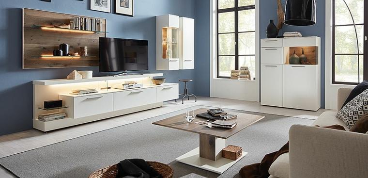 Mobili sospesi soggiorno di colore bianco con finestrini, tavolino di legno e divano beige