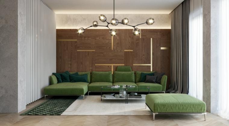 Soggiorno con un divano di colore verde e tavolino basso di vetro, parete di legno con strisce luminose