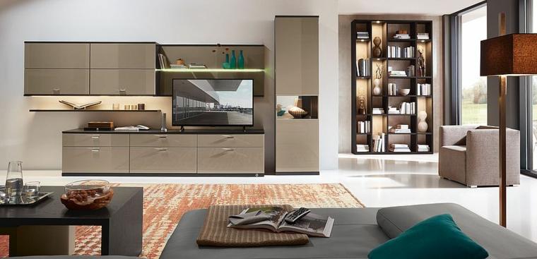 Salotto con pavimento bianco e lucido, mobili di colore grigio e tavolino nero