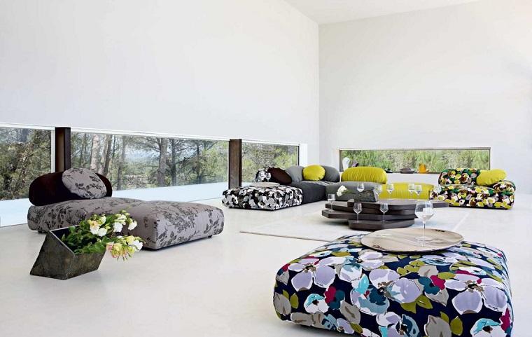 Esempi arredamento soggiorno con dei mobili imbottiti colorati e tavolino nero