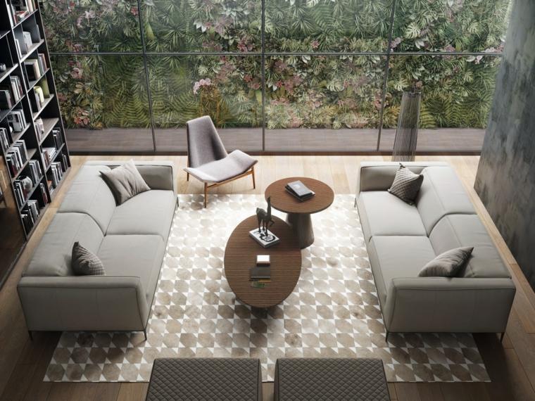 Piccolo soggiorno moderno arredato con due divani di colore grigio e due tavolini di legno con tappeto