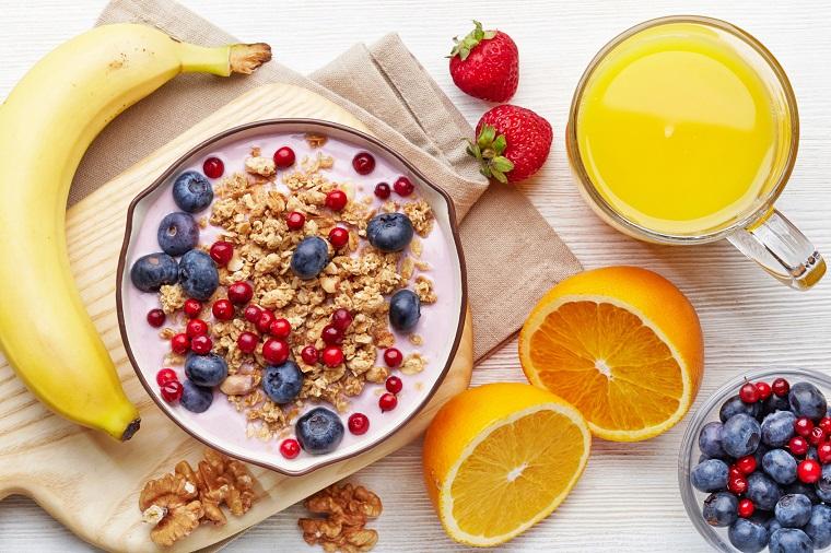 Colazione senza zuccheri e una proposta con succo di arancia e frutti di bosco