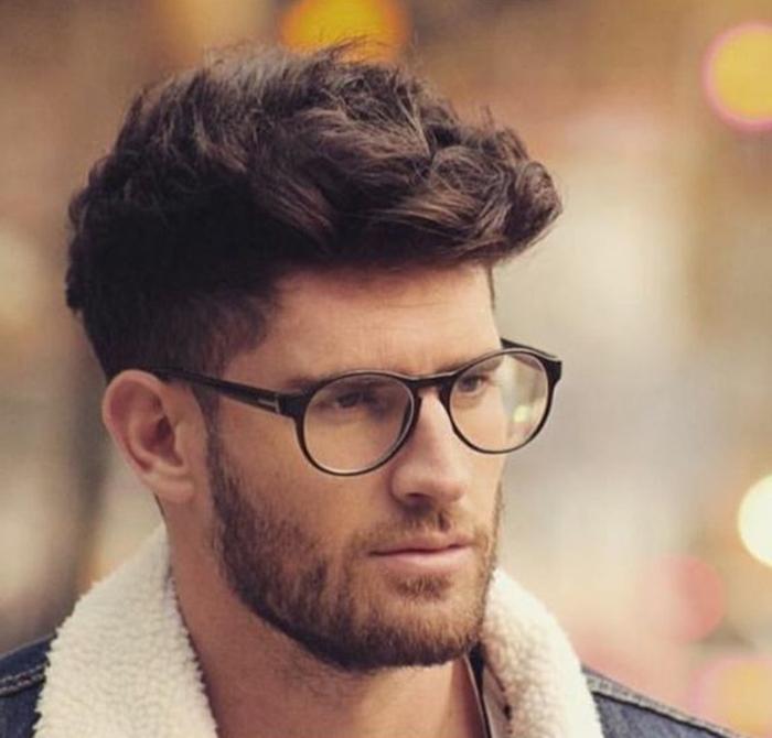 Come tagliare i capelli ricci, uomo con una pettinatura corti ai lati e mosso sulle punte