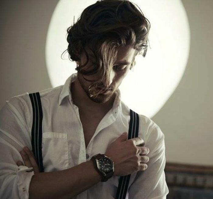 Piega capelli mossi di un uomo con frangia lunga di colore castano
