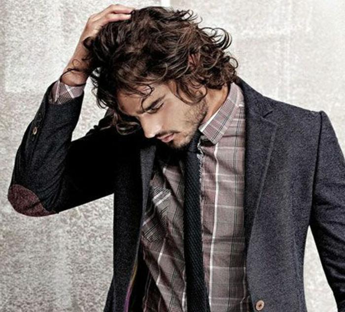 Acconciature capelli corti ricci di un uomo di colore castano vestito elegante