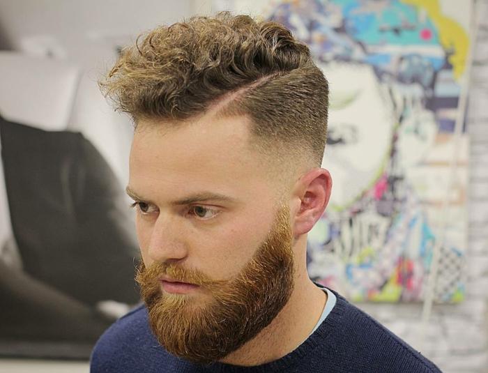 I capelli ricci biondi di un ragazzo con la riga laterale e rasati ai lati della testa