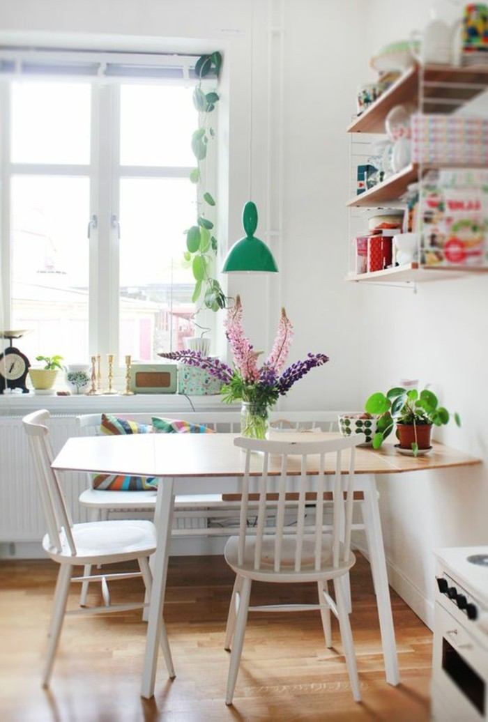 Arredare la sala da pranzo con un tavolo di legno e sedie bianche