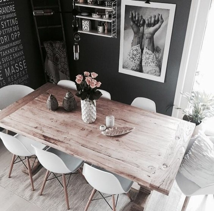 Arredare la sala da pranzo con un tavolo di legno e decorarlo con un vaso di fiori
