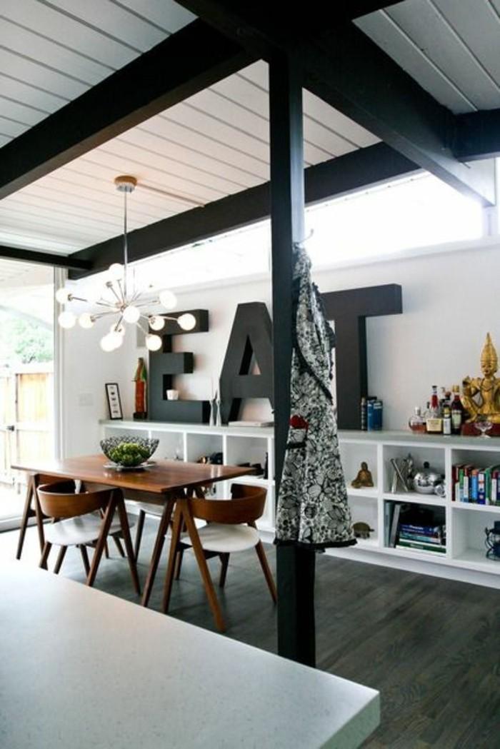 Mobili salotto moderni e decorazioni da parete con grandi lettere nere