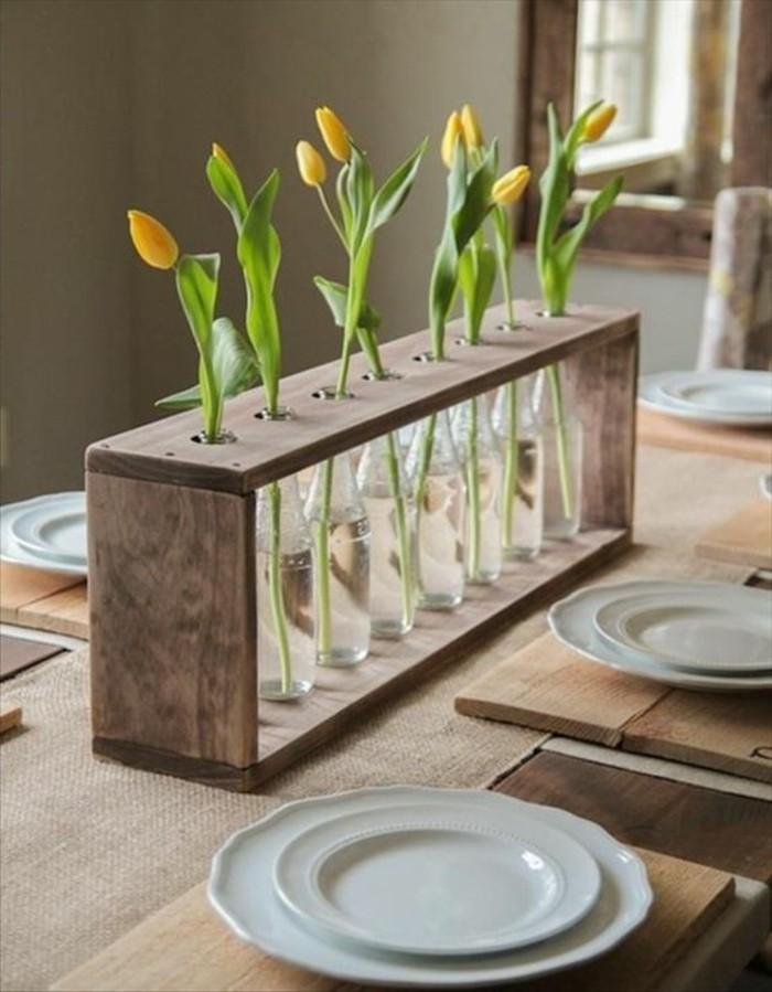 Idee per tinteggiare il salotto di colore grigio, centrotavola rustico con barattoli e fiori freschi