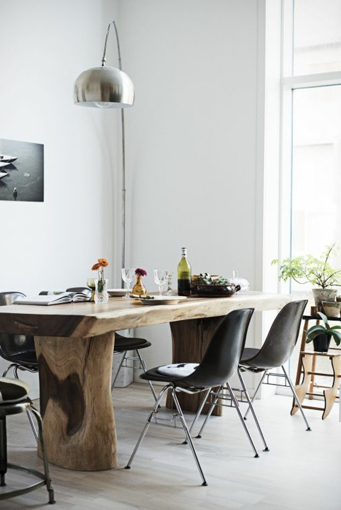 Sala da pranzo moderna con un tavolo rustico e sedie di colore nero