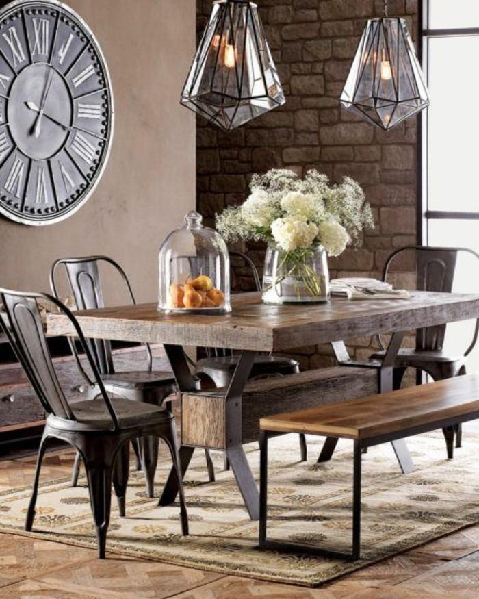 Decorazione sala da pranzo con un tavolo di legno e lampadari di vetro