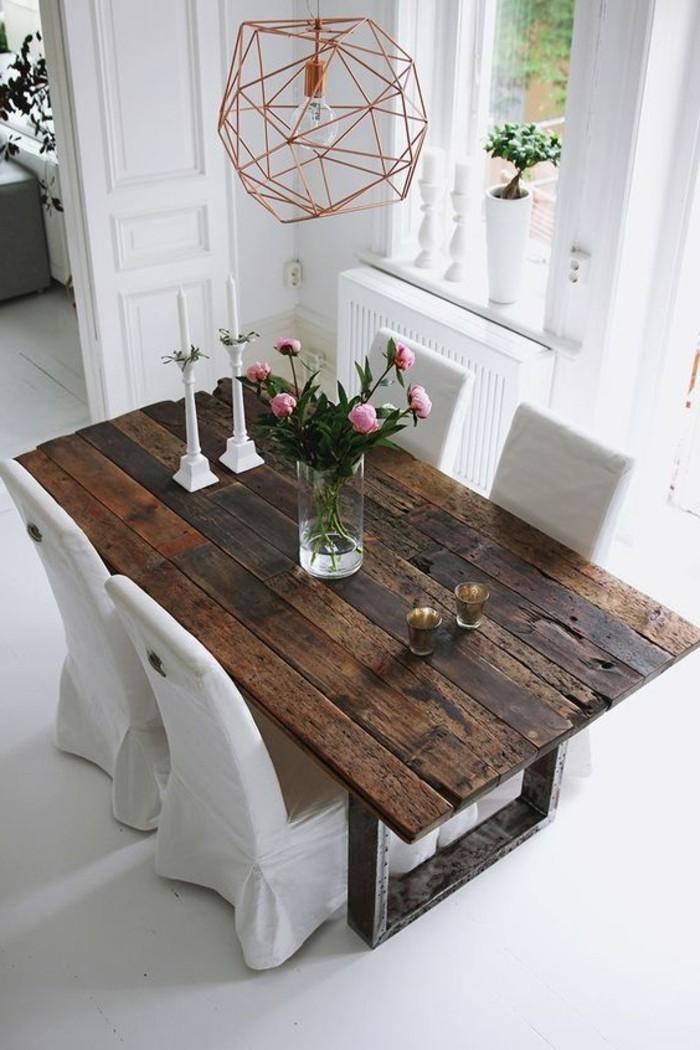 Idee pittura pareti soggiorno di colore bianco, tavolo di legno e lampadario di rame con forme geometriche