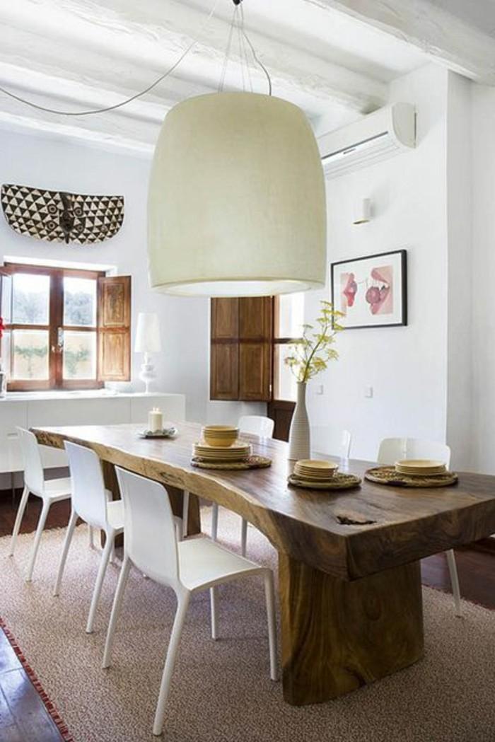 Sala da pranzo con un tavolo di design e sedie bianche, decorare con un lampadario bianco