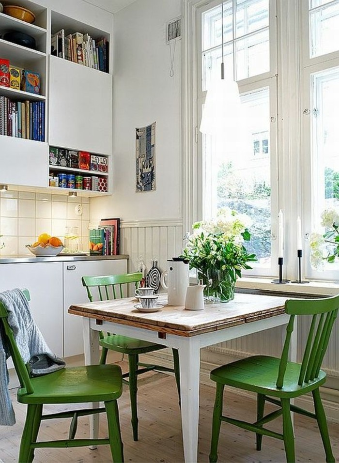Cucina con sala da pranzo insieme, decorare con fiori freschi in barattoli di vetro