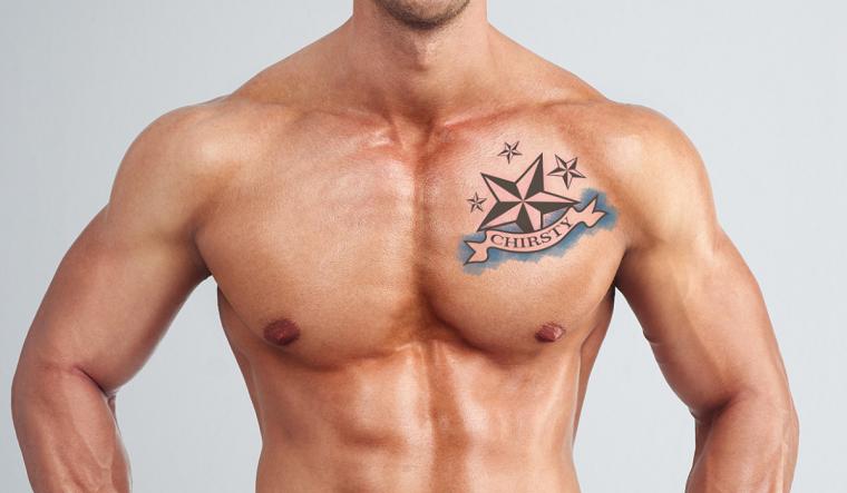 Simbologia tatuaggio di una stella nautica sul petto di un uomo con scritta nome di colore azzurro