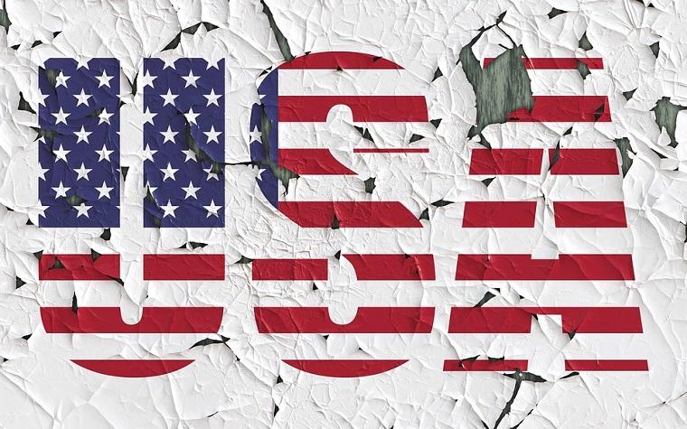 Scritta USA con la bandiera americana, viaggi in America organizzati