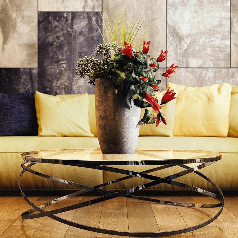 Esempi arredamento soggiorno con un tavolino di vetro e un divano imbottito di colore giallo