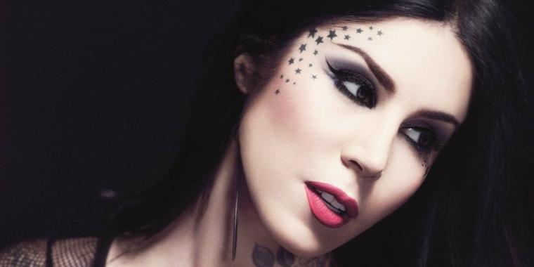 Stelline tattoo piccole sul viso di una donna con i capelli di colore nero