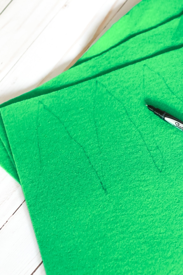 Vestiti Halloween fai da te, feltro di colore verde con il disegno delle foglie dell'ananas